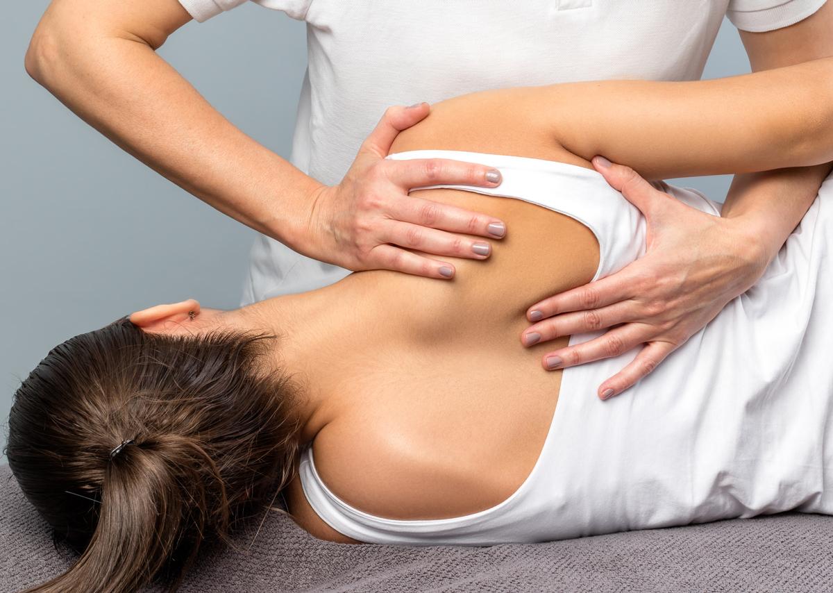 chiropratico che manipola le spalle