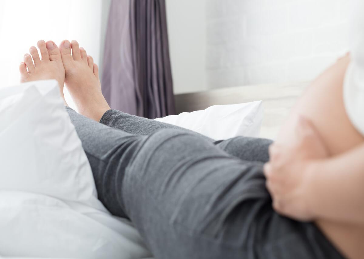 gambe-gonfie-gravidanza-sollevare