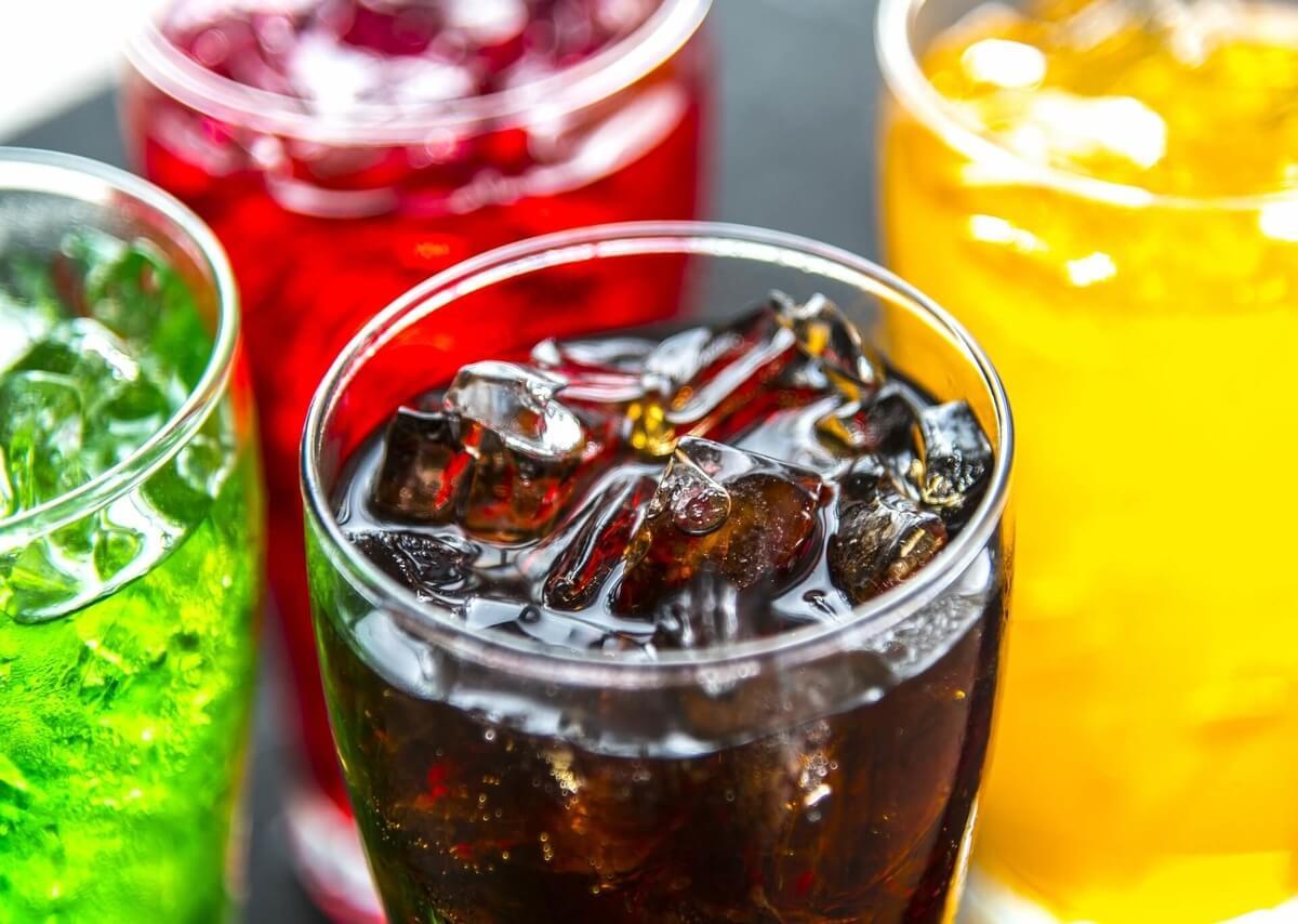 bevande zuccherate di diversi colori in bicchiere
