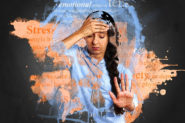 donna stressata si tocca la testa