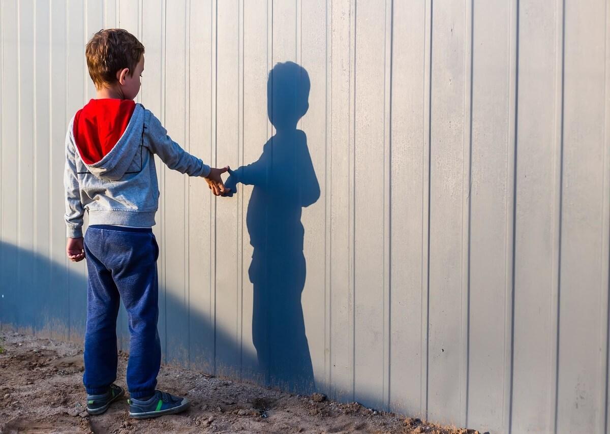 autismo-bambino-gioca-solo