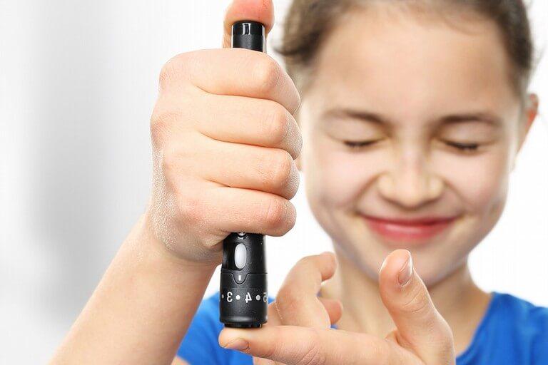 adolescente si inietta insulina