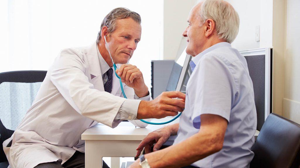 dottore visita uomo anziano