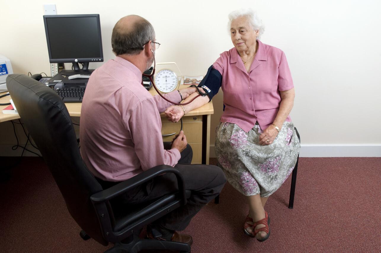 Ipertensione anziani medico misura valori pressione donna anziana