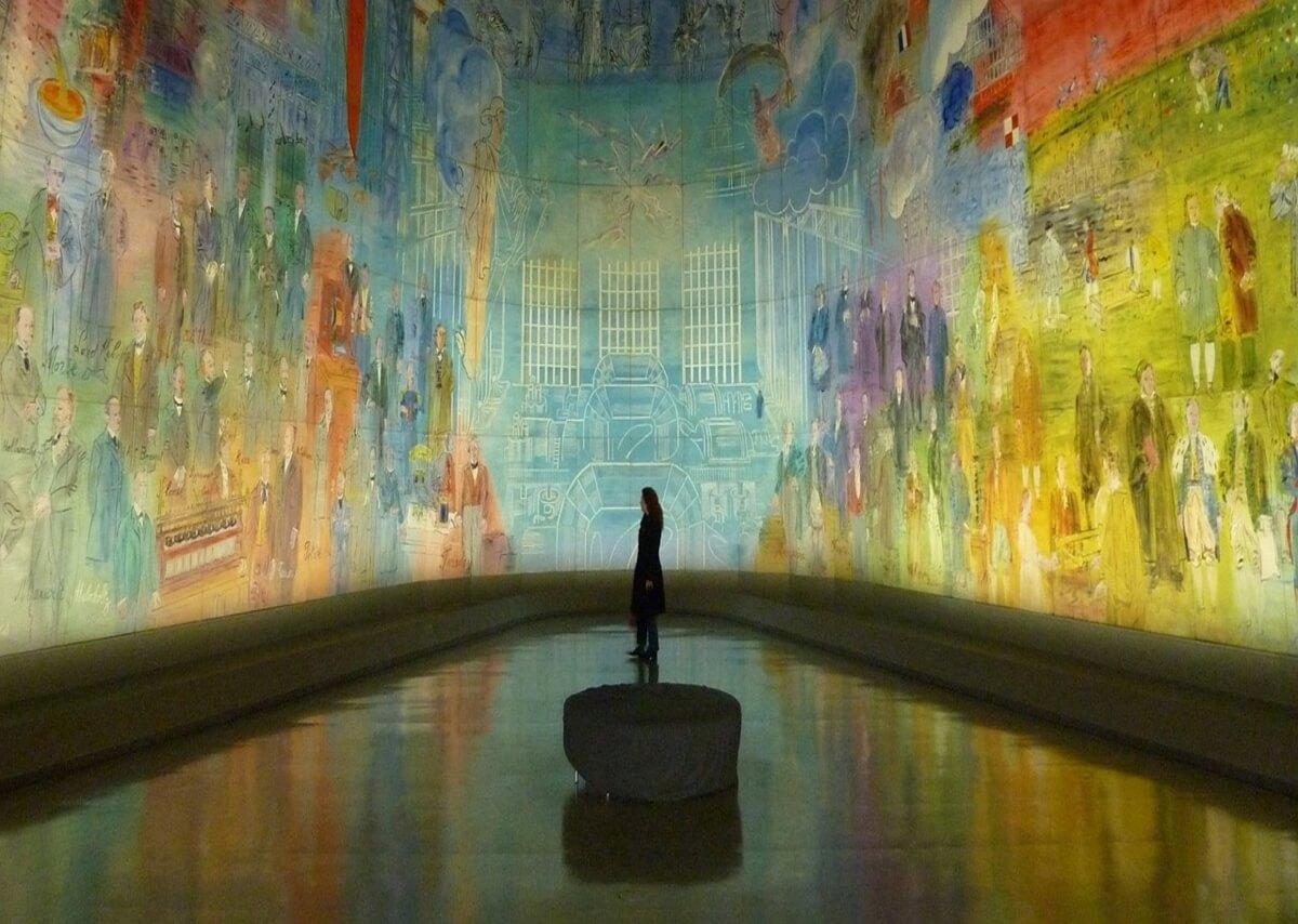 figura che guarda un murales in un museo neuroestetica ed arte