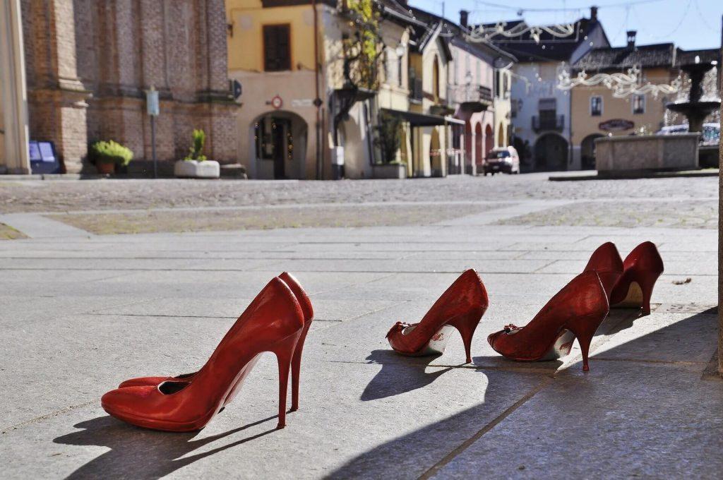 scarpette rosse simbolo di lotta alla violenza sulle donne