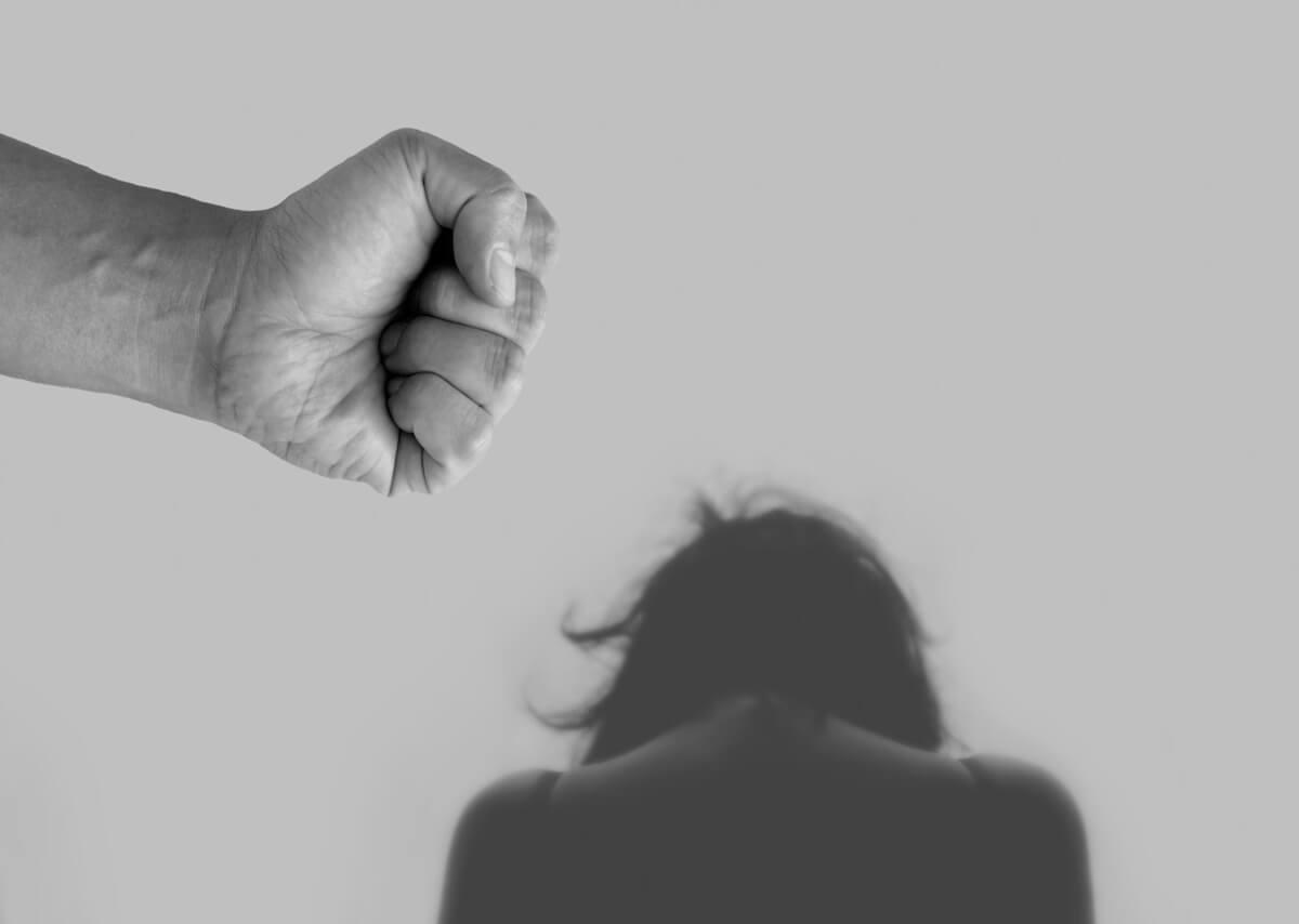 vittima di violenza sulle donnecontro un muro e pugno di uomo