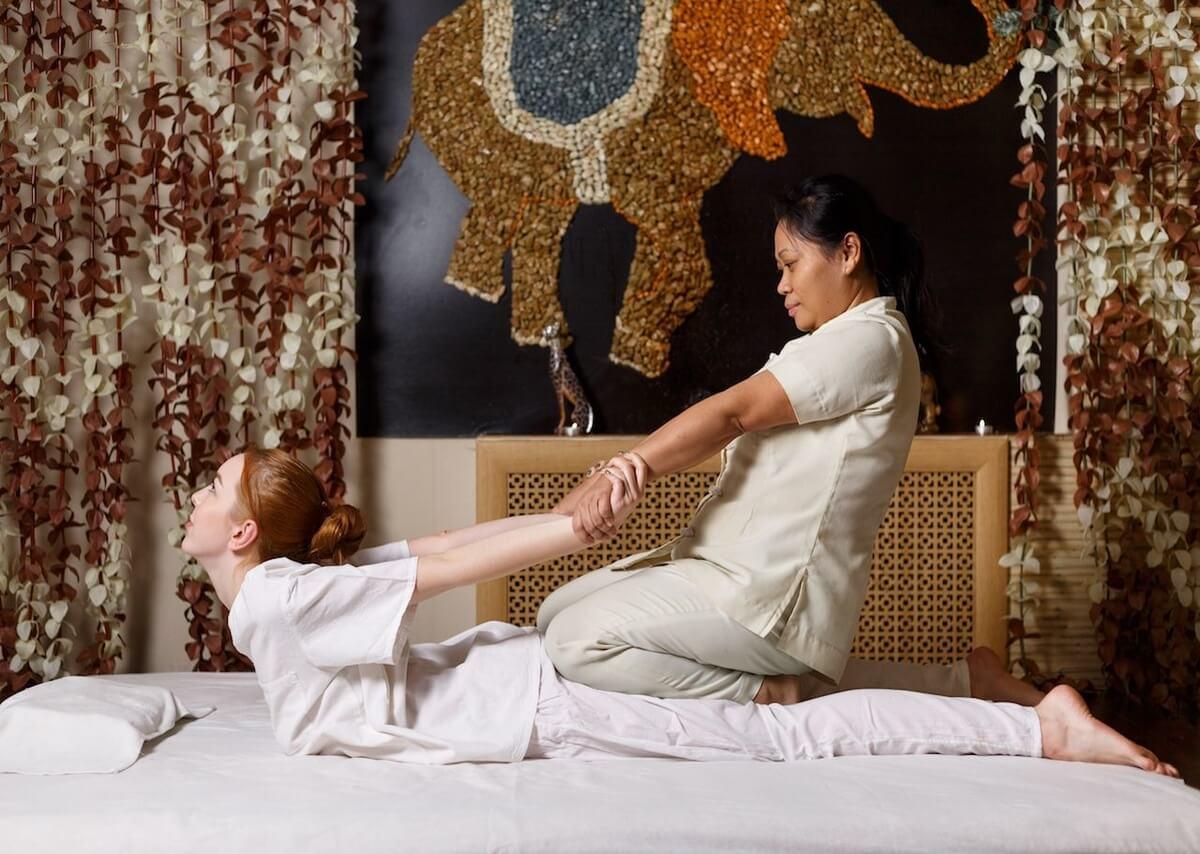 massaggio tailandese a cui si sottopone giovane donna